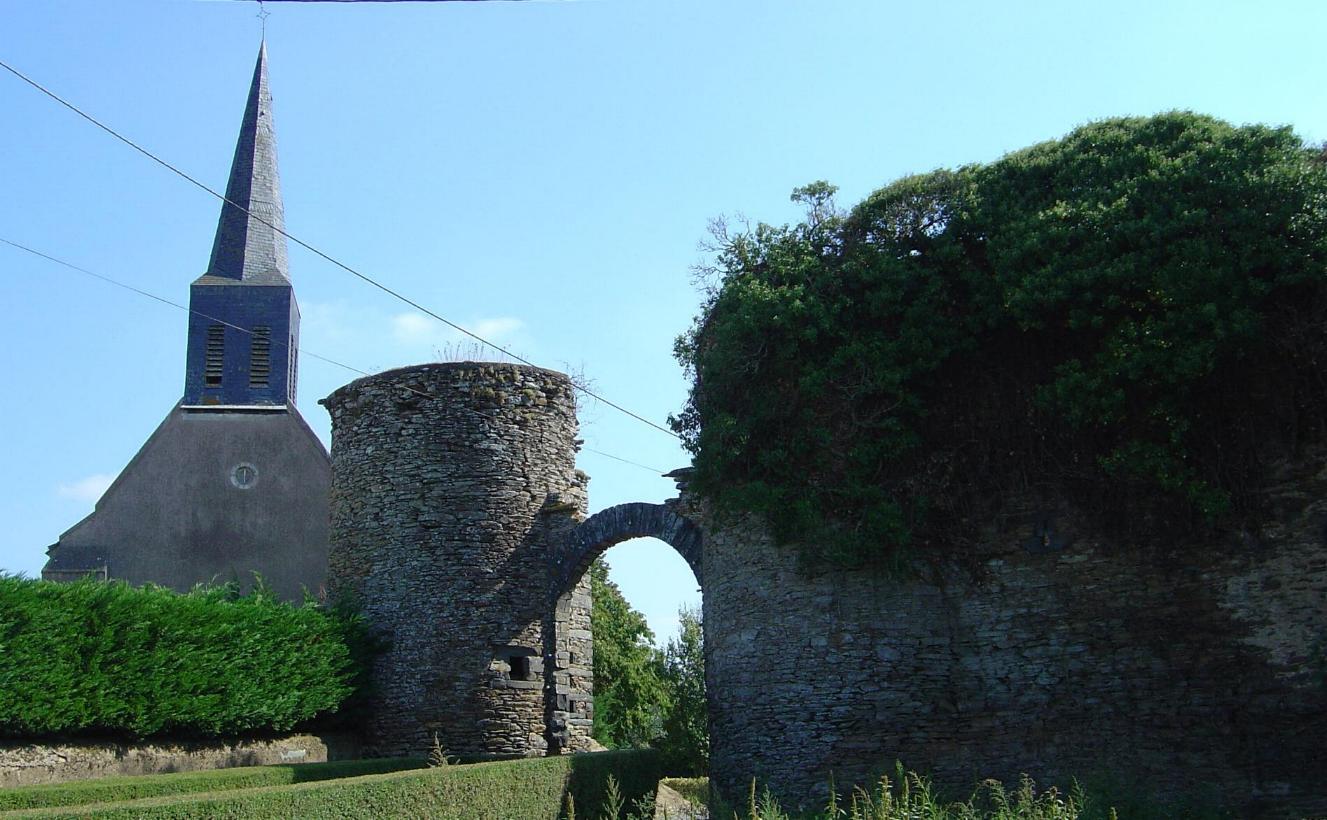 Saint-Michel-du-Bois - ruines de lentrée du château féodal du XVème siècle