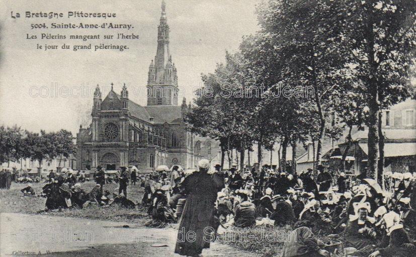 Pélerinage à Sainte-Anne d'Auray : les pélerins déjeunent sur l'herbe